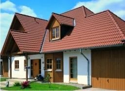 Крыша дома покрыта натуральной черепицей Франкфуртская